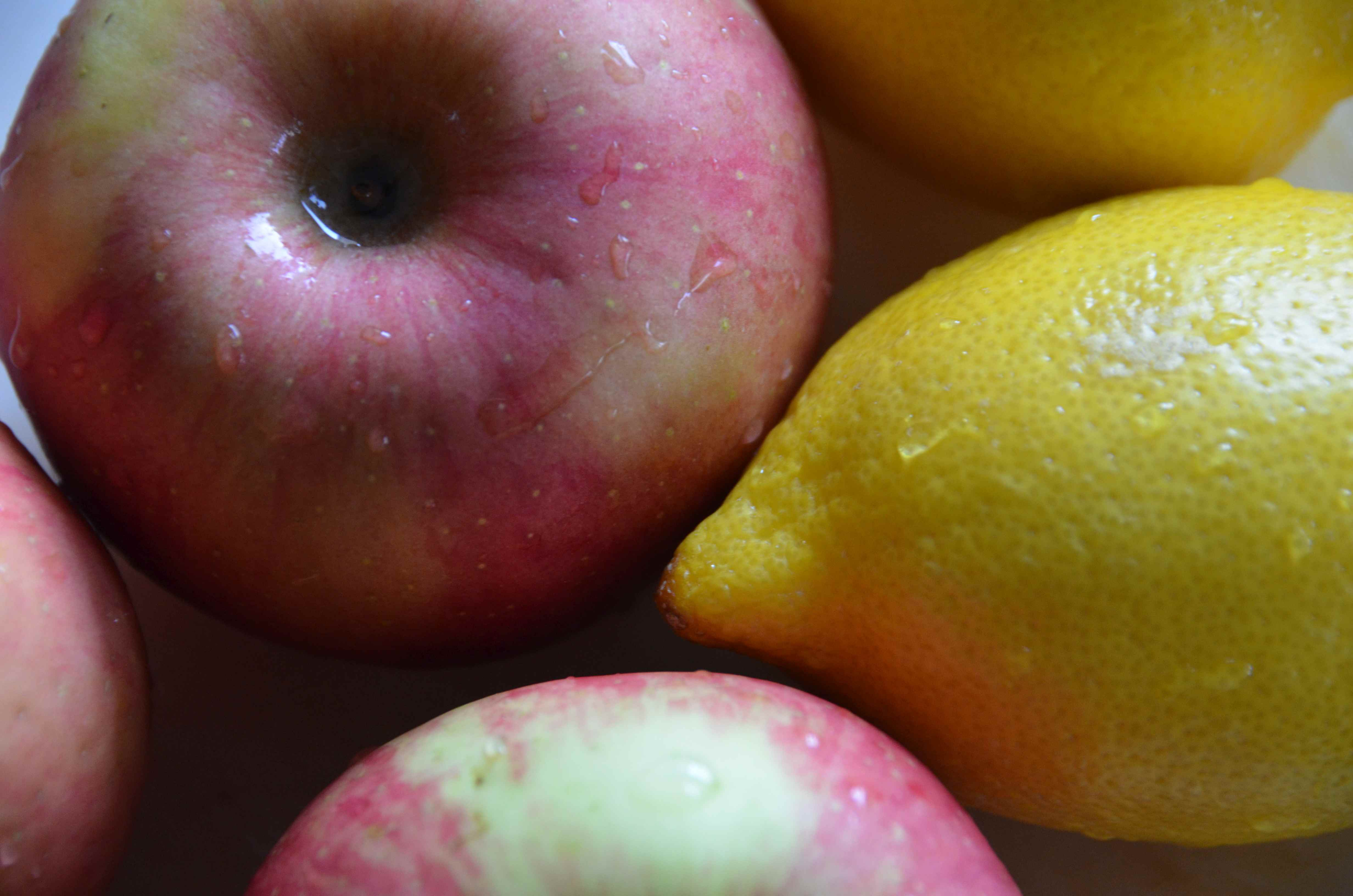 warzywa do diety oczyszczającej, odtruwającej organizm z toksyn. Jabłko i cytryna